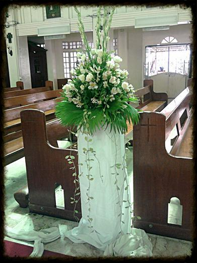 white flowers for the aisle
